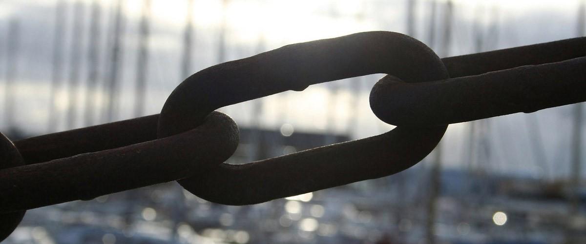 Et kædeled fra et skib illustrerer det stærke bånd i parforholdet